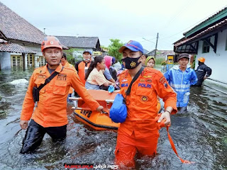 Banjir Kota Semarang, Petugas Gabungan Ditpolairud Polda Jateng Evakuasi Korban Banjir