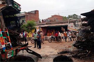 ट्रक-डम्फर में जोरदार टक्कर के बाद लगी आग, दो की गयी जान | #NayaSaberaNetwork