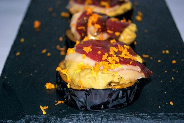 Berenjenas con salmorejo de aguacate y jamón