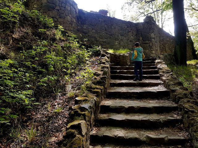 szlaki na bezludziu - podróże w dobie pandemii - Ścieżka Hochbergów -przełom Pełcznicy  -ruiny zamku Stary Książ w Wałbrzychu - podróże z dzieckiem - Dolny Śląsk z dzieckiem