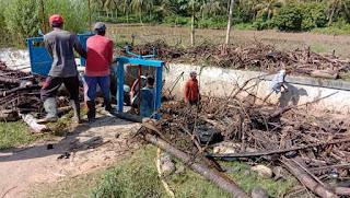 Warga Paya Dua GOTROY Bersihkan Sungai Dari Sampah Banjir