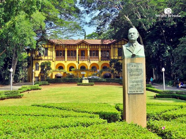 Fotocomposição com destaque para o busto de Fernando Costa e o Casarão Sede do Parque da Água Branca - São Paulo