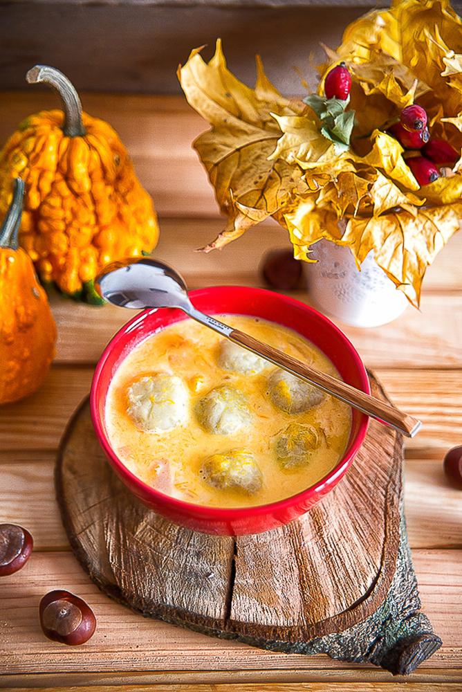 Zupa mleczna z dynią i ziemniaczanymi pulpetami