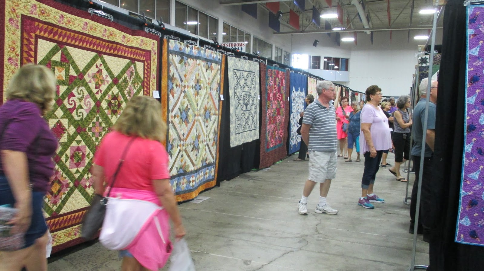 The Literate Quilter: Visitng the 2017 Quilters Showcase : 200 quilt shops - Adamdwight.com