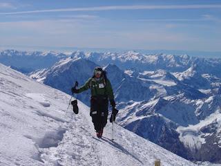 La alpinista Rosa Fernández caminando entre la nieve