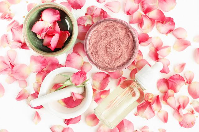 Eau de rose maison 11 utilisations magiques pour la peau et les cheveux (recettes puissantes)