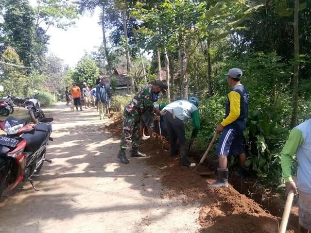KodimKaranganyar – Karya Bhakti Babinsa Harjosari Gotong Royong Buat Saluran Air Bersih