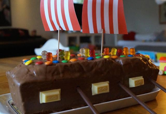 Rezept: Piratenschiff-Kuchen für den maritimen Kindergeburtstag backen. Der Piratenschiffkuchen ist einfach zu verzieren und Kinder den Marmorkuchen.