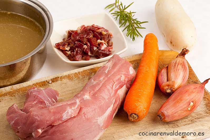 Ingredientes: solomillo, jamón, caldo, zanahoria, nabo, chalotas, ...
