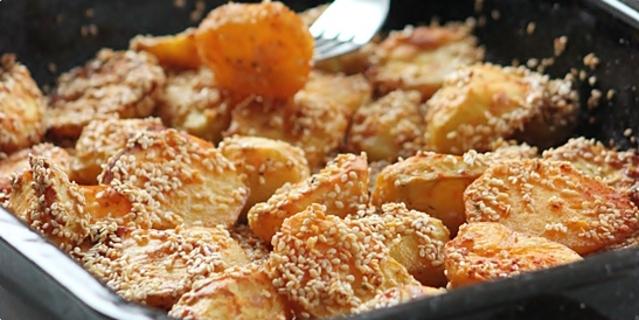 Очень вкусный и простой гарнир: картошка, запеченная в кунжуте