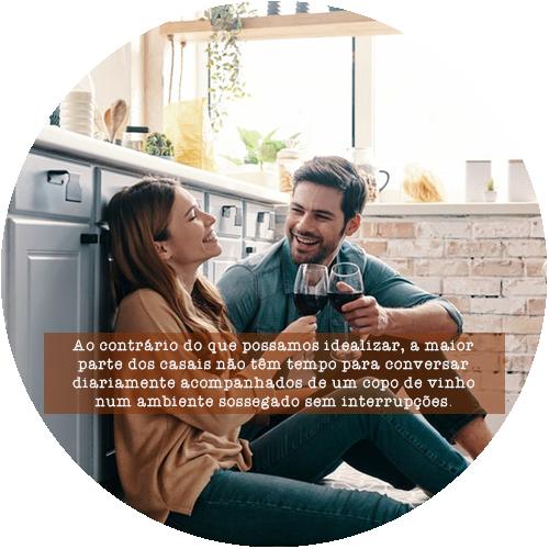 Ao contrário do que possamos idealizar, a maior parte dos casais não têm tempo para conversar diariamente acompanhados de um copo de vinho num ambiente sossegado sem interrupções.