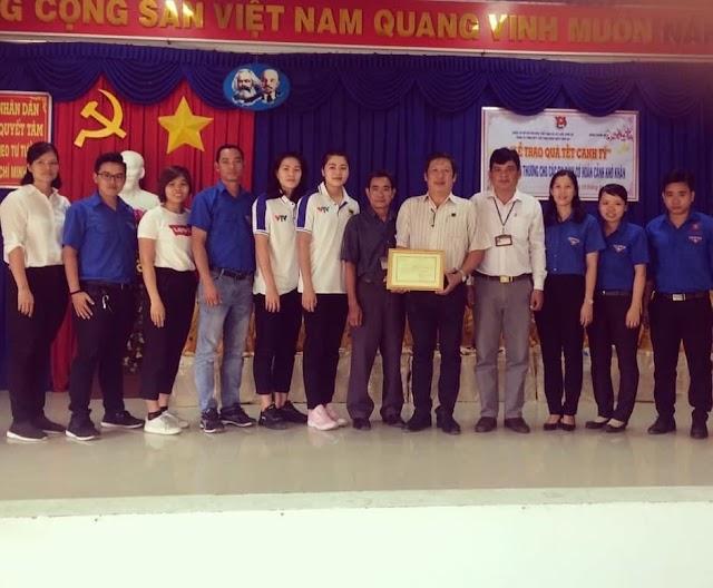 Các cầu thủ Bình Điền Long An tặng quà Tết cho người nghèo!