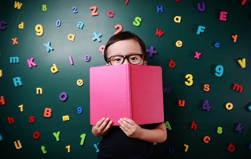 """Dados coletados pela Avaliação Nacional de Alfabetização (ANA), em parceria com o Ministério da Educação, mostram que 22,21% das crianças brasileiras, em idade de alfabetização, não conseguem ler uma frase inteira. Pensando nisso, o Instituto NeuroSaber vai realizar a """"Jornada do Alfabetizador - Da teoria à prática"""". Online e gratuito, o evento vai acontecer dos dias 10 a 13 de maio. A inscrição é feita pelo link: https://lp.neurosaber.com.br/cadastro-jornada-do-alfabetizador/"""