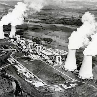 Première centrale nucléaire commerciale au monde : Calder Hall en Grande Bretagne