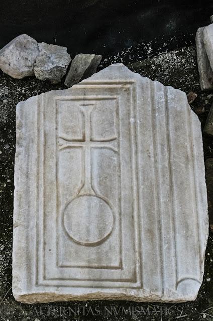 placa de mármol adornada con cruz latina