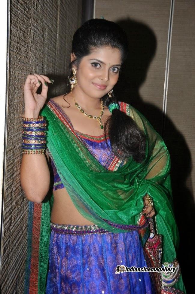 Dressing Below Navel Saree: Sravya Hot Navel Pics