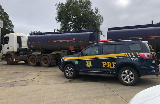 PRF apreende bitrem tanque transportando combustível com nota fiscal fraudada