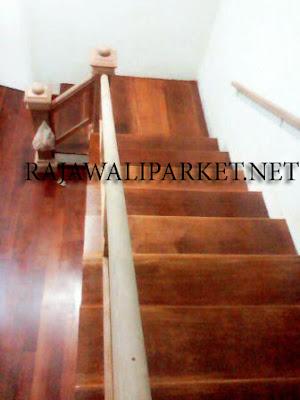 pemasangan tangga kayu merbau