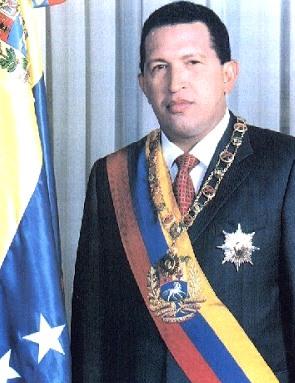 Foto de Hugo Chávez parado con menos edad