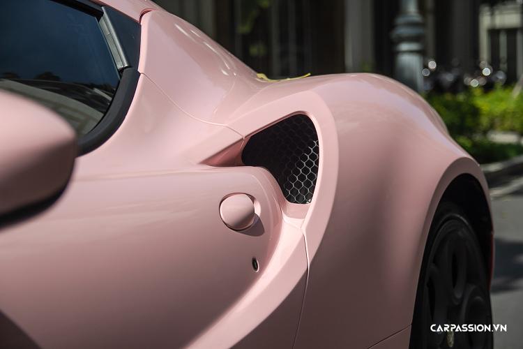 Alfa Romeo 4C hơn 4 tỷ tại Việt Nam, 'khoác áo' hồng nổi bật