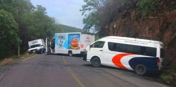 Otra vez en Michoacán, Sicarios despojan automóviles y camiones para bloquear carreteras e impedir avance de las Fuerzas Federales