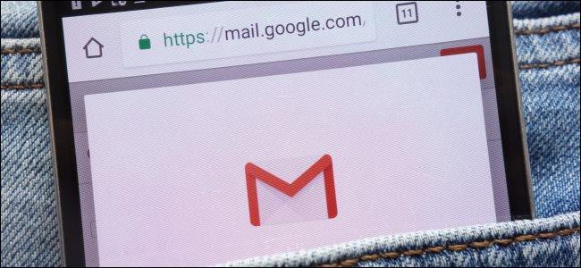 موقع Gmail على الهاتف الذكي في جيب شخص ما.