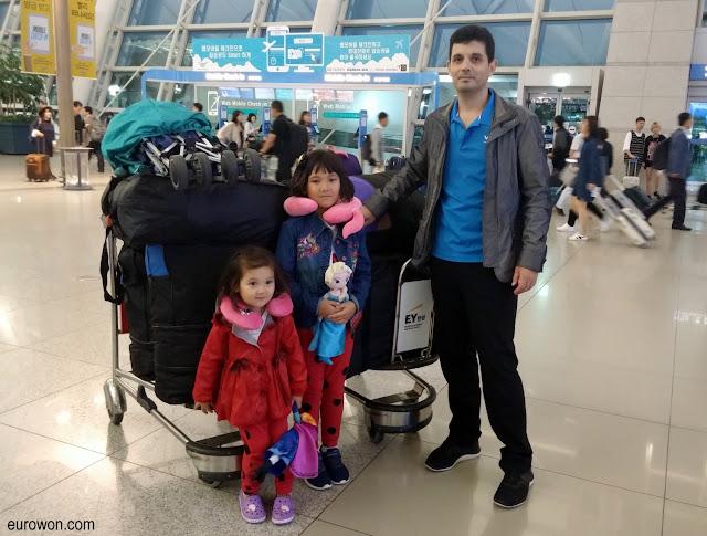 Familia a punto de regresar a su país