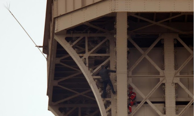 Pendaki Menara Eiffel Ditahan Setelah Berani Naik