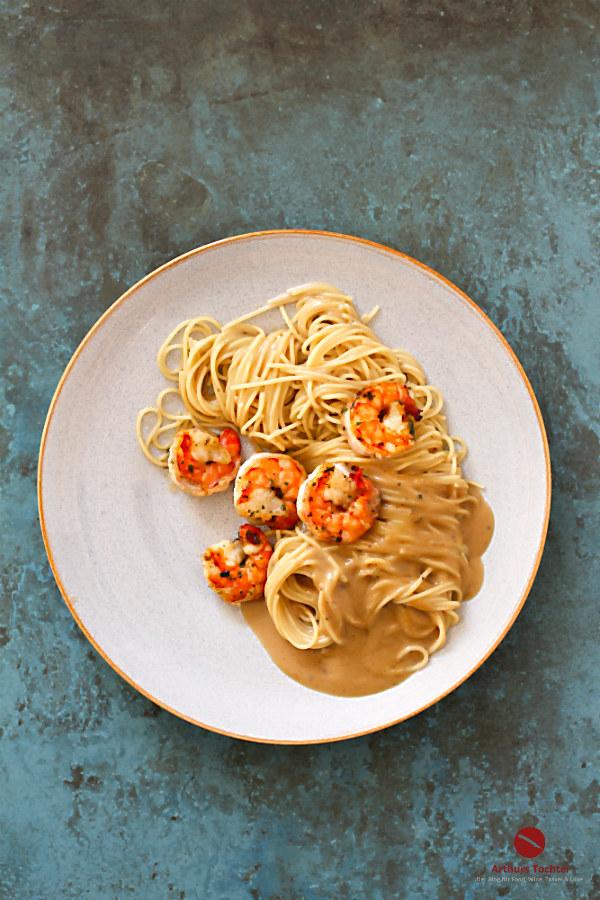 """So cremig-köstlich können Spaghetti mit Riesengarnelen sein! Heute in Wermut-Rosmarin-Sauce mit Lorbeer und """"Die Nudel der Woche"""". #rezept #pasta #spaghetti #garnelen #scampi #hummer #krustentiere #shrimps #wermut #belsazar #cocktail #nudeln #sauce #rosmarin #kochen #einfach #foodblog #arthurstochter #reste #verwerten #schälen #braten #würzen #anleitung #schnell #spinat #tomaten #sahne #brühe #knoblauch #foodphotography #foodstyling #raclette #ideen #zutaten #silvester #weihnachten"""