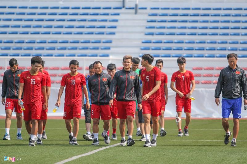 Khi không ra sân thi đấu, các cầu thủ U22 Việt Nam sử dụng giày của thương hiệu Thái Lan Grand Sport. Đây chính là nhãn hàng tài trợ trang phục thi đấu cho các đội tuyển bóng đá quốc gia Việt Nam từ năm 2014.