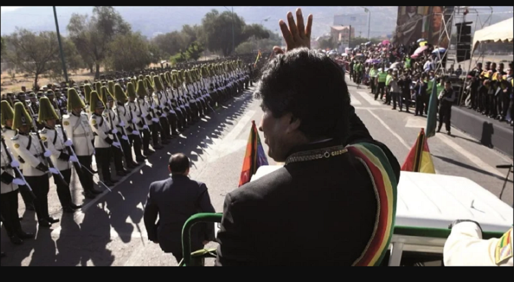 El entonces presidente Evo Morales saluda a los uniformados en el desfile del 192 aniversario de la Policía Boliviana / ARCHIVO MIN. DE COMUNICACIÓN