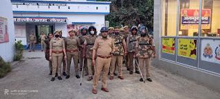 सुरक्षा का भरोसा दिलाने के उद्देश्य से होली पर्व व आगामी पंचायत चुनाव के चलते हरगांव पुलिस ने निकाला फ्लैग मार्च