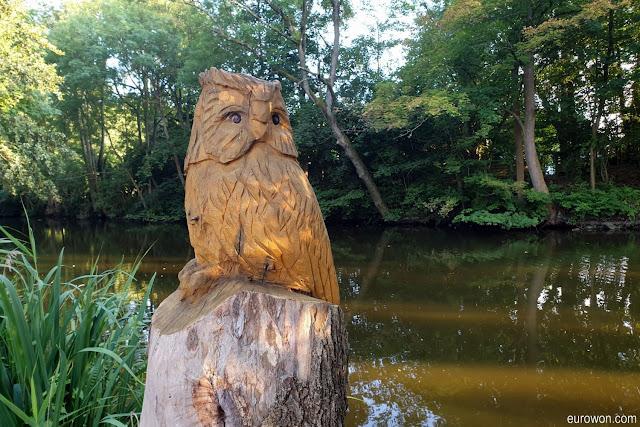 Búho tallado en madera