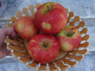 ξύλινο σκέυος γεμάτο με ροδοκόκκινα μήλα