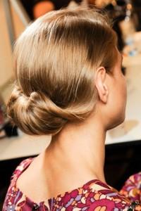 Einfache Frisur durch Rollen am Ende des Ausgangs und hineingehen, wie eine Drehung. Das Haarmodell dieser Braut ist für jedes Alter geeignet.