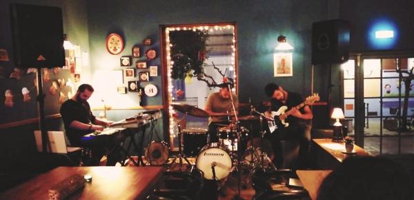 Οι Jazzam Trio ζωντανά στο Ναύπλιο θα ταξιδέψουν τους ακροατές στα μονοπάτια της Jazz, Funk και Soul σκηνής