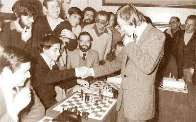 Josep Alió Borràs vence a Kárpov en unas simultáneas de ajedrez en 1981