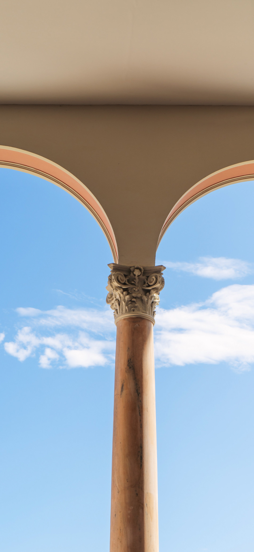 خلفية أقواس هندسية رخامية تطل على السماء الصافية