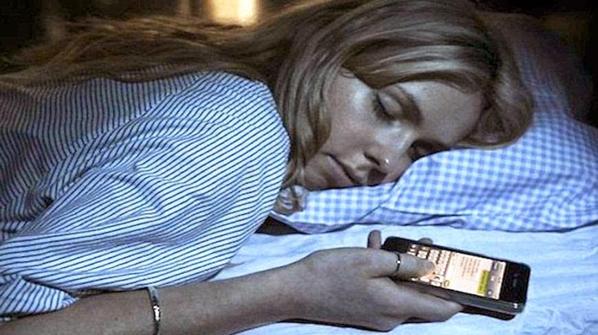 Dùng smartphone lướt Facebook trước khi ngủ dễ mắc ung thư