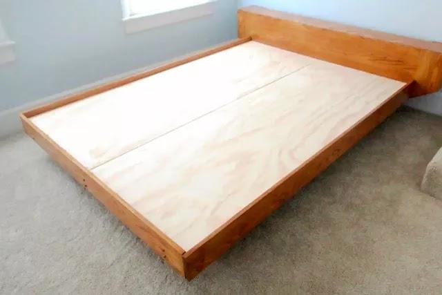 Eski tip karyolaların zeminleri parça tahtalardan oluşabiliyor ve yatağa zarar veriyor. Kontraplak, sunta, mdf kestirip koyarak, zemini iyileştirebilirsiniz.