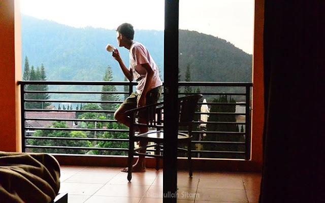 Menikmati kopi di teras hotel