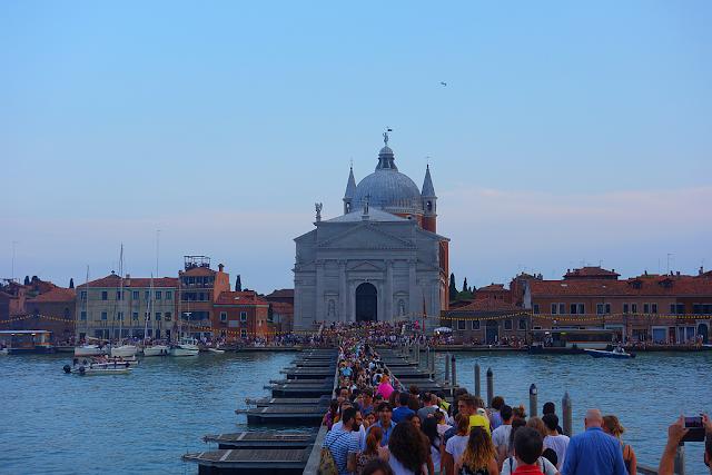 Projděte se po benátské laguně suchou nohou, pontonový most,