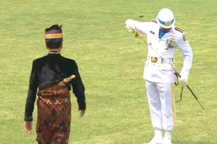 Jokowi Mendadak Salami Komandan Upacara