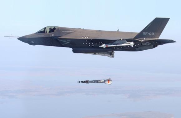 F-35B menjatuhkan bom