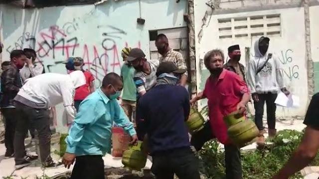 Sambil Ngedumel, Puluhan Warga Banda Terpaksa Angkut Barang Sebab Rumah Digusur Tol Jokowi