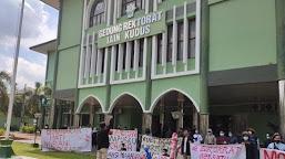 Protes Kebijakan UKT, Aliansi Mahasiswa IAIN Kudus Gelar Aksi di Depan Gedung Rektorat