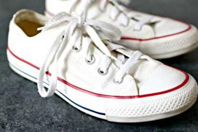 Keringkan sepatu kanvas semalaman.