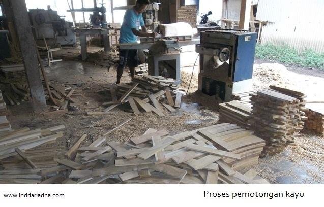 pemanfaatan limbah kayu menjadi produk kreatif asli indonesia