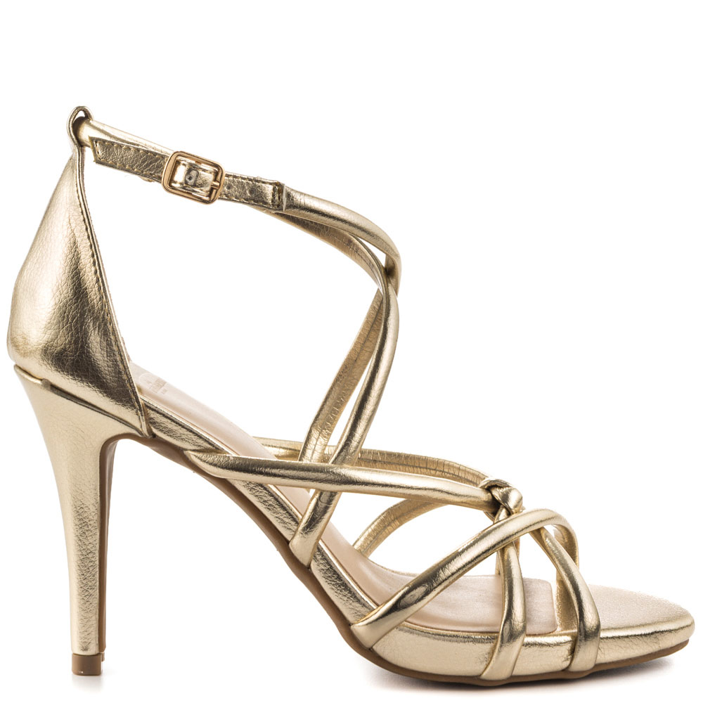 bf7daba3 Zapatos de novia Manolo Blahnik 2016: máximo glamour a tus pies Si quieres  ser diferente al resto y vestir tus pies de manera esp.Zapatos dorados 2016