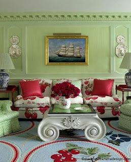 светло зелёный на стенах и красный с цветами диван